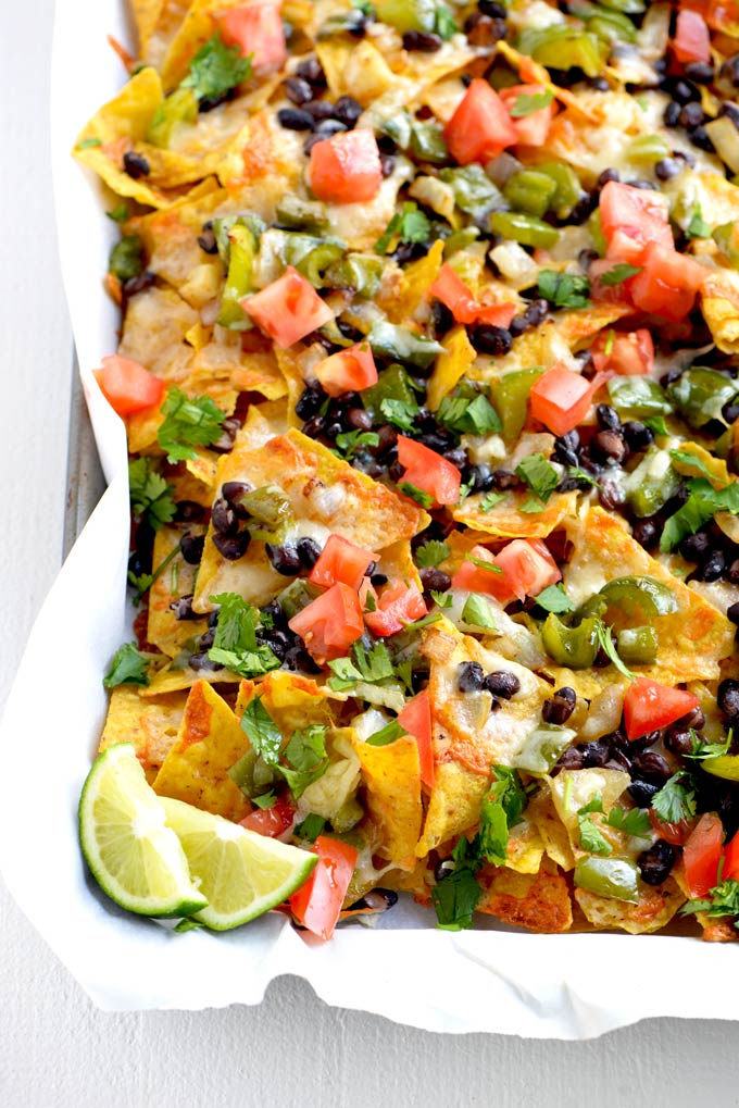 Vegetarian nachos with lime slices