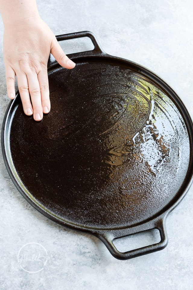 coating cast iron pizza pan with oil